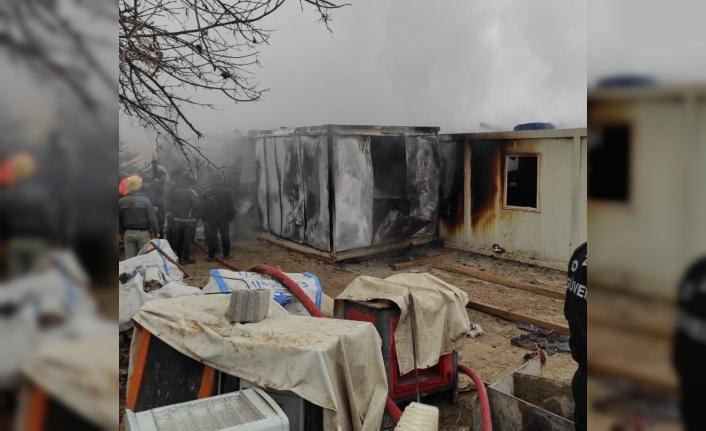 Elazığ'da işçilerin kaldığı 8 konteyner yanarak küle döndü