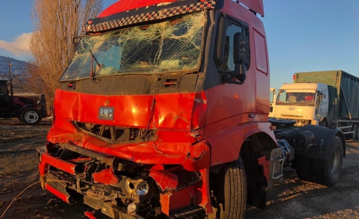 Elazığ'da zincirleme kaza 5 araç birbirine girdi: 4 yaralı