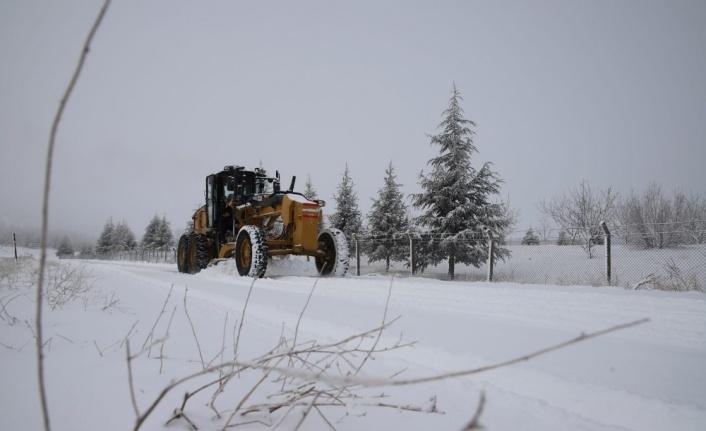 Elazığ'ın ilçelerinde kar etkili oldu, 20 köy yolu kapandı