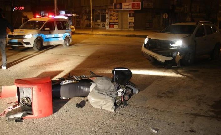 İki araç kaza yaptı, biri savrulup motosikletli kuryeye  çaptı