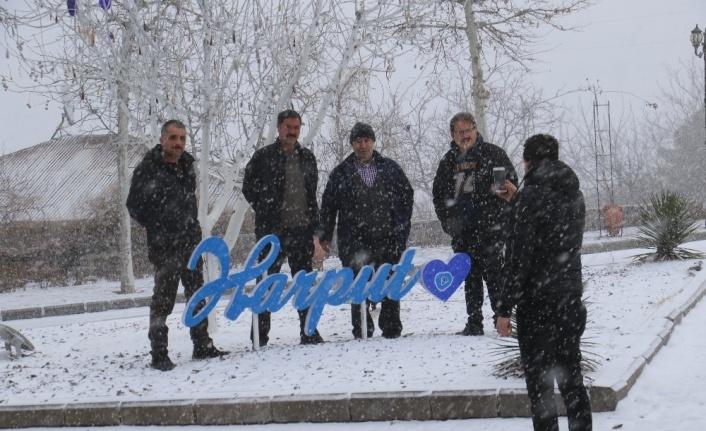 Elazığ'da kar yağışı başladı, tarihi mahalle beyaza büründü