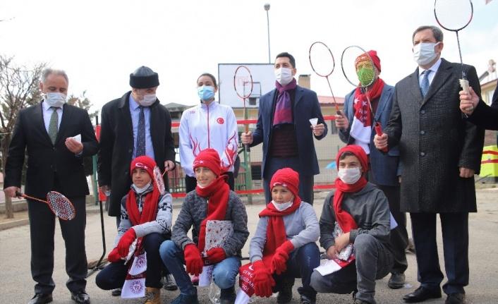 Köy okulu öğrencileri, milli sporcu eşliğinde badminton ile tanıştı