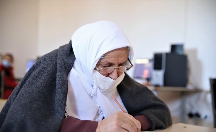Kur'an-ı Kerim okumak için 70 yaşında okuma yazma öğreniyor