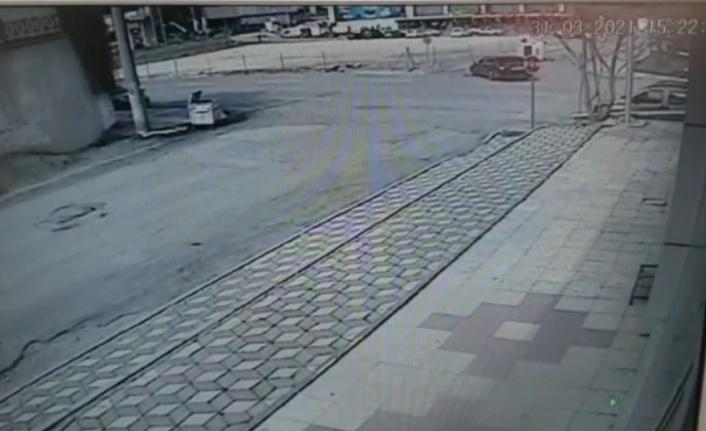 Otomobil ile  hafif ticari araç böyle çarpıştı