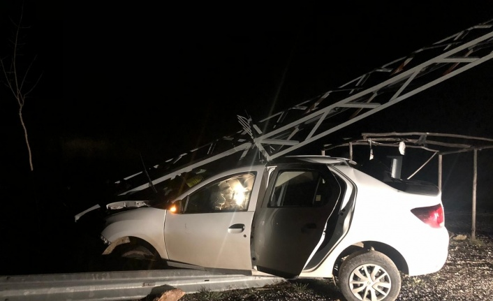 Otomobil direğe çarptı,sürücü yaralı kurtuldu