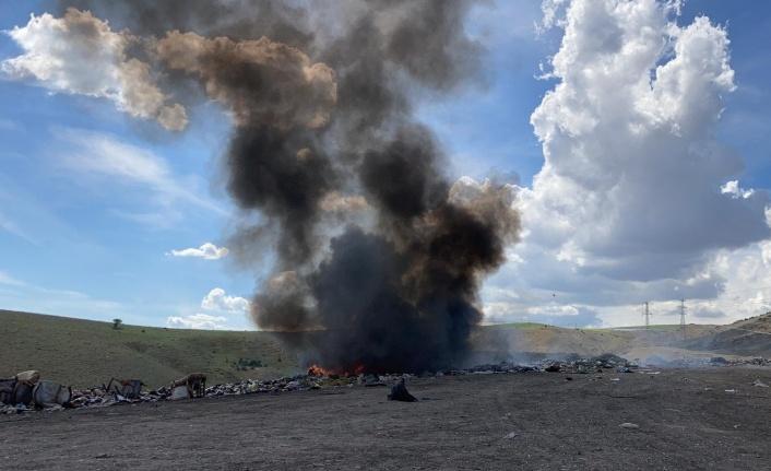 Çöplükteki yangında, kara dumanlar gök yüzünü kapladı