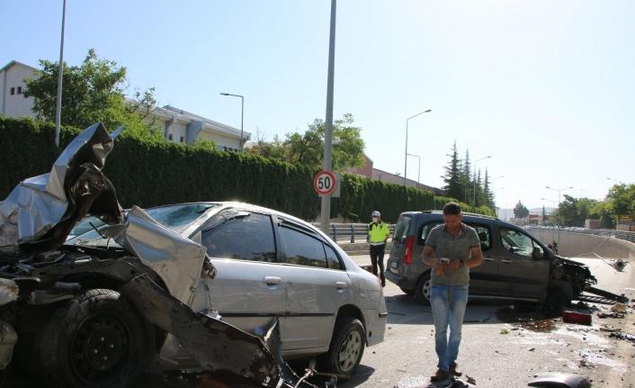 Kontrolden çıkan otomobil, direği söküp karşı şeritte araca çarptı: 1'i ağır 2 yaralı