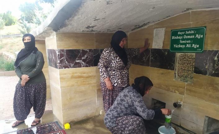 703 yıllık çeşmede bayram öncesi halı yıkama geleneği
