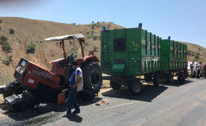 Elazığ'da kamyonla çarpışan traktör ikiye bölündü