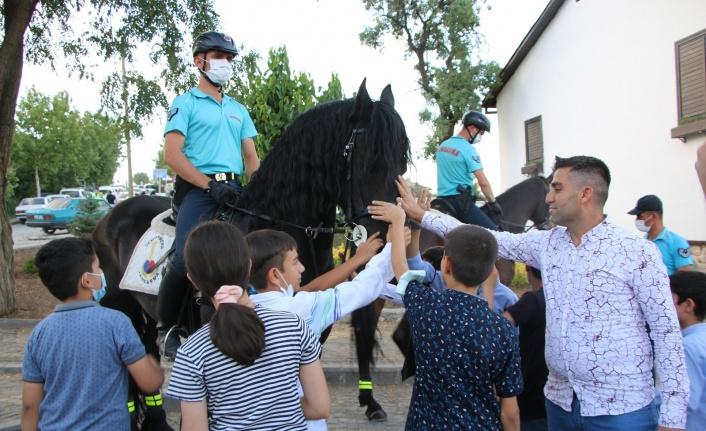 Harput'ta atlı jandarma timlerine yoğun ilgi