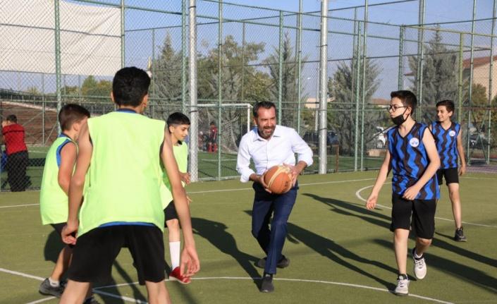 Elazığ Belediye Başkanı Şerifoğulları miniklerle maç yaptı