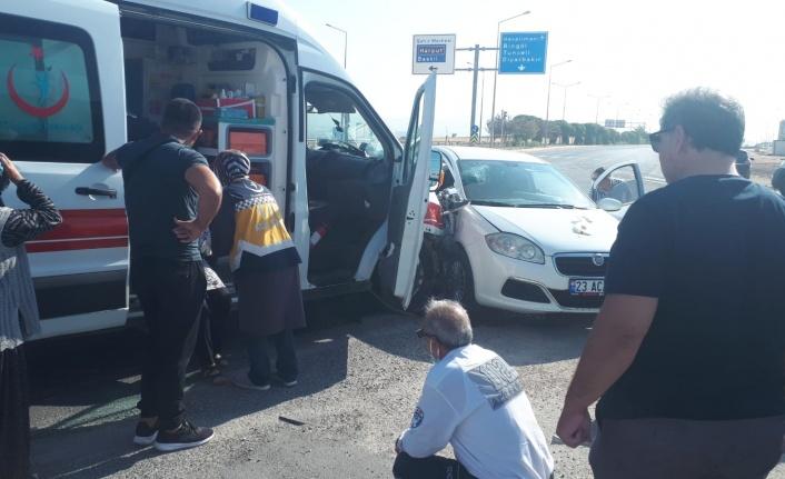 Elazığ'da ambulans ile otomobil çarpıştı: 1 yaralı