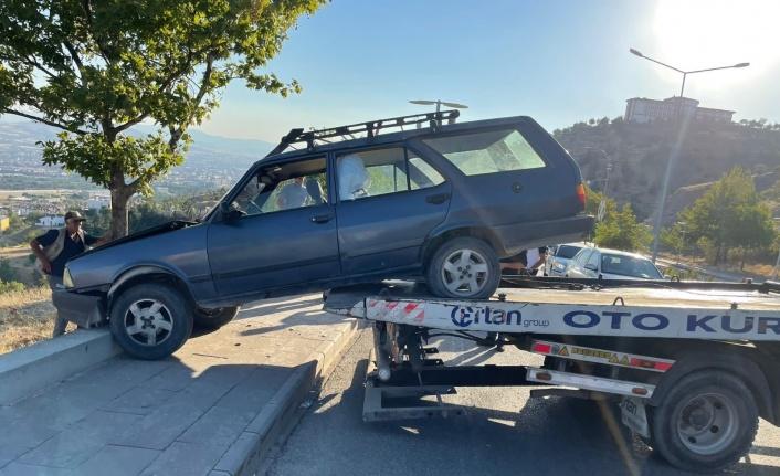 Elazığ'da otomobil yoldan çıktı: 1 yaralı