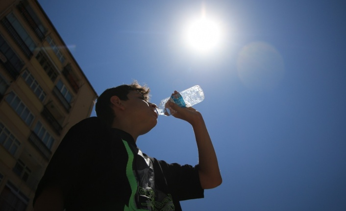 Elazığ'da termometreler 40 dereceyi gösterdi, sıcaktan bunalan vatandaşlar gölgelik yerlere koştu