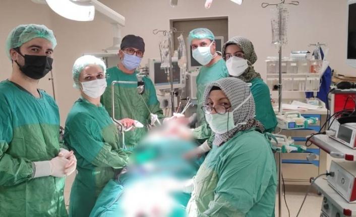 Kitle nedeni ile nefes darlığı ve yutma güçlüğü çeken hasta Fethi Sekin Şehir Hastanesi'nde sağlığına kavuştu