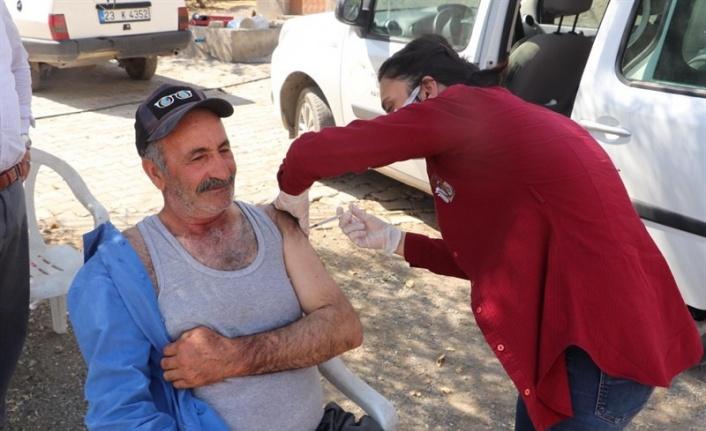 Kovancılar 'da aşı seferberliği, ekipler kapı kapı dolaşıp vatandaşları aşılıyor