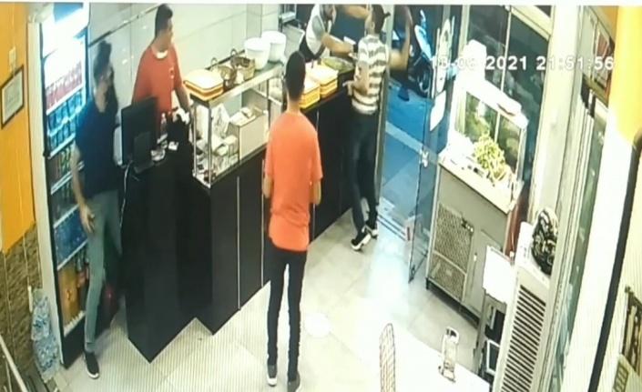 Önce ustayı bıçakladı, ardından dükkanı dağıttı: Bıçaklı saldırı güvenlik kamerasına yansıdı