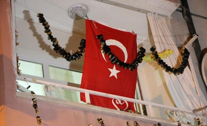 Uçak kazasında hayatını kaybeden pilotun Elazığ'daki babaevine Türk bayrağı asıldı