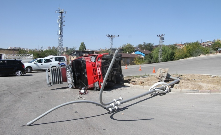 Elazığ'da direğe çarpan kamyon yan yattı: 1 yaralı