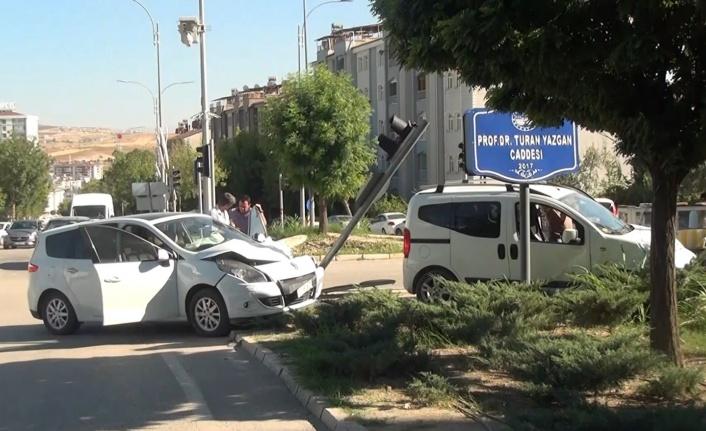 Elazığ'da kontrolden çıkan otomobil önce araca ardından trafik ışığına çarptı