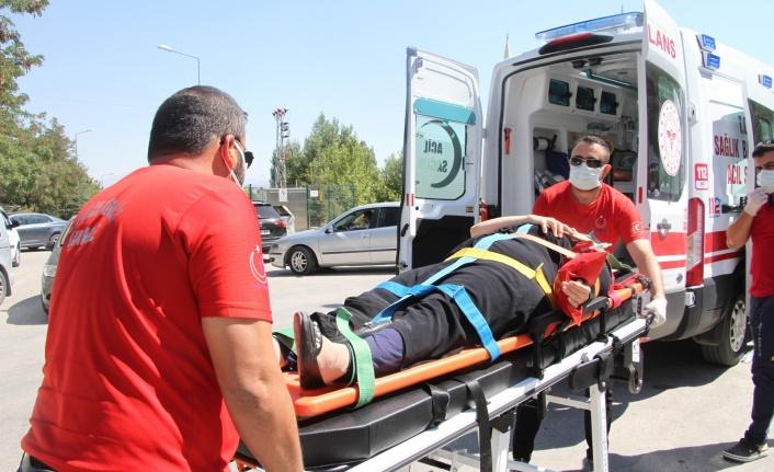 Elazığ'da yolun karşısına geçen anne ve kızına otomobil çarptı