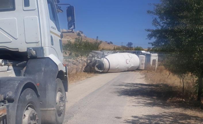 Freni boşalan beton mikseri devrildi, yol trafiğe kapandı