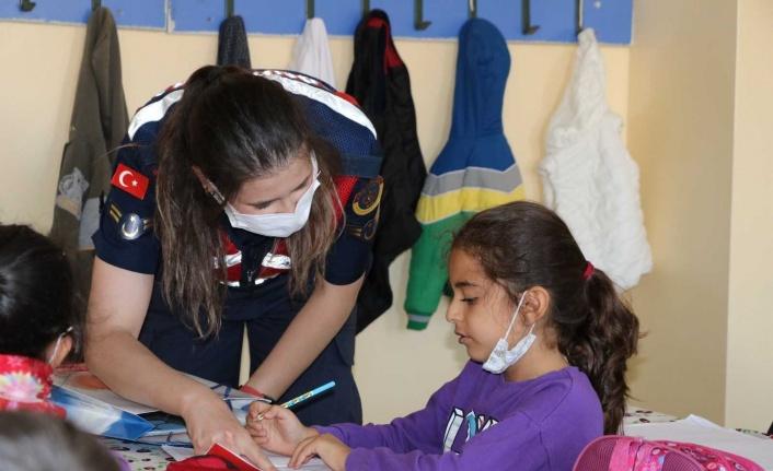 Elazığ'da jandarma ekipleri çocuklarla bir araya geldi