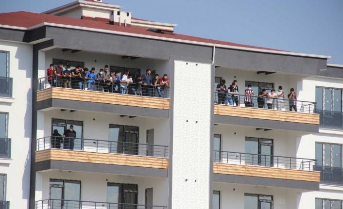 Elazığspor aşkı engel tanımıyor: İnşaatlara çıkıp maçı izlediler