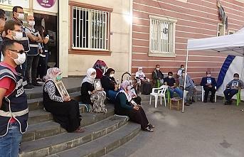 HDP önündeki evlat nöbeti direnişine bir aile daha katıldı