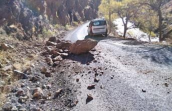 Düşen kayalar araca isabet etti
