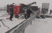 Elazığ'da tırlar çarpıştı, sebze ve meyveler yola saçıldı:3 yaralı