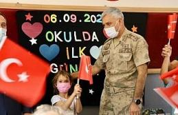Elazığ İl Jandarma Komutanı Yıldız, minik öğrencilerin heyecanına ortak oldu