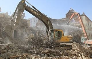 Deprem sonrası harabeye dönen 10 bin konut yıkıldı