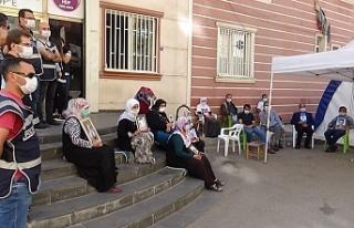 HDP önündeki evlat nöbeti direnişine bir aile...