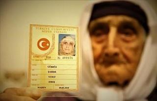 80 torunlu 102 yaşındaki Şahide nine, Covid-19'u...