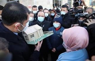 Bakan Kurum'a yaptığı maket evi hediye etti
