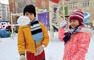 Elazığ'da çocukların kar sevinci