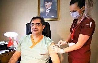 Elazığ'da sağlık çalışanları aşı olmaya...