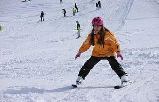 Göl manzaralı Hazar Baba Dağı'nda kayak keyfi...