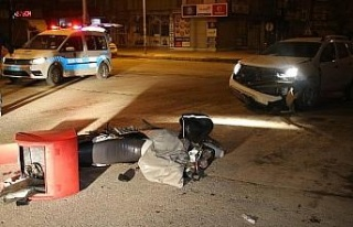 İki araç kaza yaptı, biri savrulup motosikletli...
