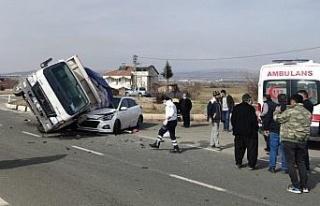 Elazığ'da kamyonet, otomobilin üzerine devrildi:2...