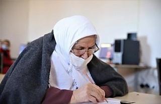 Kur'an-ı Kerim okumak için 70 yaşında okuma...