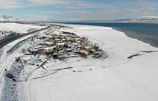 Suların çekildiği şirin köy karla eşsiz manzaraya...