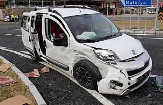 Kaza anı kamerada, otomobil ile hafif ticari araç...