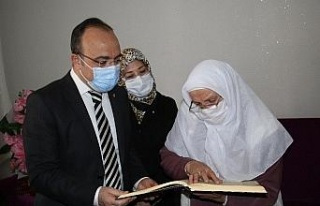 Kur'an-ı Kerim okumak için okuma yazma öğrenen...