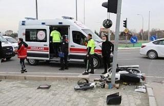 Motosiklet önce kaldırıma sonra direğe çarptı:...