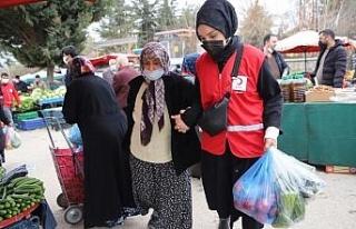 Vefalı gençler, pazara gitti yaşlılara yardım...