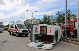 Elazığ'da ambulans ile otomobil çarpıştı:...