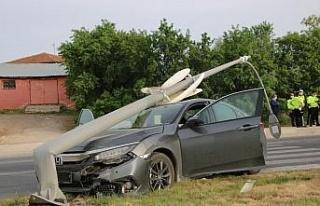 Elazığ'da otomobilin, çarptığı direk devrildi:1...