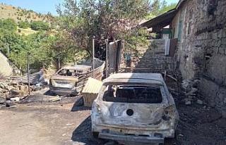 Elazığ'da 2 araç küle döndü, 1 ev kullanılamaz...